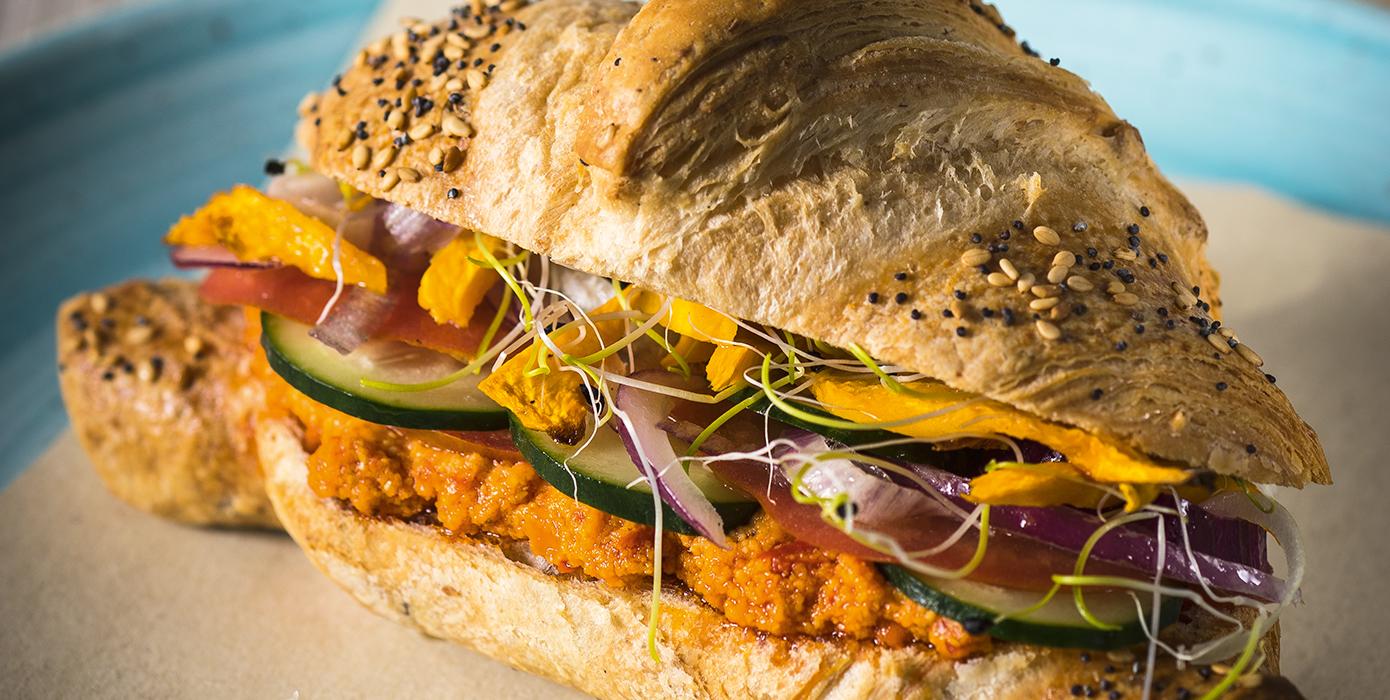Cornetto Vegan al Sesamo e Papavero con Hummus di Peperoni